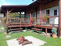 terasa před domem - chatky k pronajmutí Markoušovice