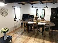 Obývací a jídelní místnost - chalupa k pronájmu Hertvikovice