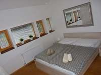 Ložnice s manželskou postelí - chalupa ubytování Harrachov