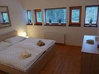 Ložnice s manželskou postelí - chalupa k pronajmutí Harrachov
