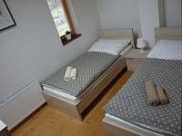 Ložnice s oddělenými postelemi - chalupa k pronájmu Harrachov