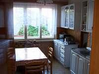 Kuchyň s jídelním stolem