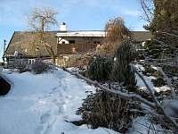 Zahrada v zimě - chalupa ubytování Kocbeře