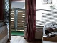 Ložnice - pohled na terasu - apartmán ubytování Harrachov