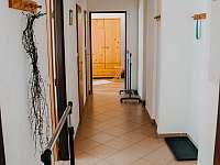 chodba s koupelnou a samostatným wc - apartmán k pronajmutí Rokytnice nad Jizerou