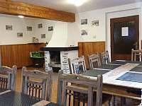 společenská místnost - krb - chalupa k pronajmutí Rokytnice nad Jizerou