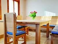 Masivní jídelní stůl s rohovou lavicí - chalupa k pronájmu Rokytnice nad Jizerou