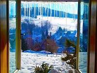 Výhled na zasněžený Strážník z tepla sednice - Rokytnice nad Jizerou