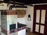 Bakukova chalupa - ložnice v přízemí - vytápění kachlovými kamny - pronájem Horní Malá Úpa