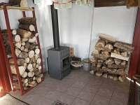 Bakukova chalupa - obývací pokoj - vytápění kamny na dřevo