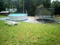 Bazén průměr 460cm,hlubka 1m,trampolína o průměru 470cm.