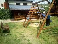 Dětské hrací centrum včetně pískoviště.