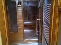 Sauna se nachází v přízemí společně s koupelnou. - pronájem chalupy Poniklá