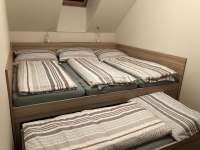Horní ložnice - tři lůžka vedle sebe plus čtvrté vysouvací - Pec pod Sněžkou