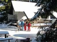 Lední hokej u chaty.