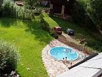 Bazén z dronu - chalupa k pronajmutí Bernartice