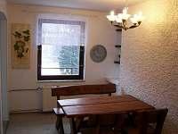 Jídelní stůl - přízemí - rekreační dům k pronajmutí Svoboda nad Úpou