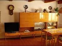 Společenská místnost s televizí. - chata ubytování Bolkov