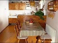 Vybavená kuchyně s jídelním koutem.