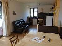 Obývací pokoj propojený s kuchyní - pronájem chalupy Černý Důl