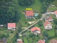 Letecký pohled na okolí domu