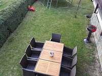 Pohled na zahradu, posezení a trampolínu