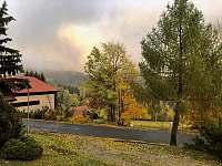 Příjezdová cesta k objektu (podzim) - Jestřabí v Krkonoších