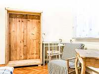 Retro pokoj (dvojlůžkový pokoj se sdílenou koupelnou a WC)