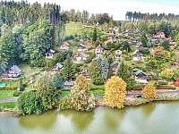 pohled na chatu přes rybník - k pronájmu Dolce u Trutnova