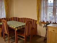 jídelní stůl - pronájem chalupy Bělá u Staré Paky