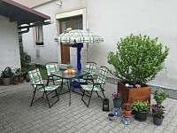 Venkovní posezení - apartmán k pronájmu Vrchlabí - Herlíkovice