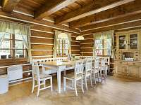 společné posezení u stolu - chalupa ubytování Horní Lysečiny