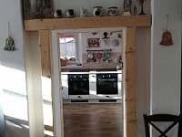 vchod z jídelny do kuchyně