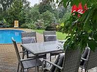 Posezení u bazénu - apartmán k pronájmu Benecko - Štěpanická Lhota