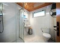 Toaleta v je také koupelně