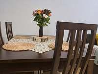 Jídelní stůl - apartmán k pronájmu Svoboda nad Úpou