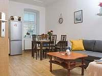 Obývací pokoj s jídelním stolem - apartmán ubytování Svoboda nad Úpou