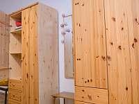 Úložný prostor v ložnici - apartmán k pronajmutí Svoboda nad Úpou