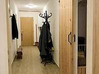 Prostorná chodba - apartmán k pronajmutí Čistá