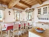 světnice s jídelním stolem chalupa Kulíšek - ubytování Strážné