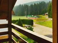 Výhled na les a tenisové kurty