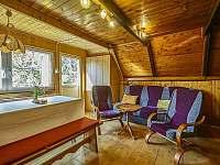 Společenská místnost s kuchyňkou a vstupem na terasu - chata ubytování Benecko