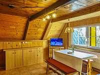 Společenská místnost s kuchyňkou a vstupem na terasu - chata k pronajmutí Benecko