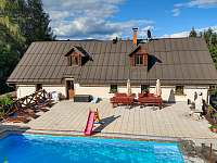 Bazén a terasa s grilem - chalupa ubytování Strážné