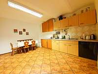 Kuchyně se sporákem, troubou, lednicí, mrazákem, myčkou, mikrovlnkou, kávovarem - chalupa ubytování Strážné