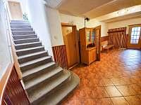 Předsíň a schody do 1. patra, kde se nachází pokoje - Strážné