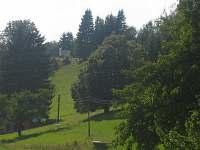 Výhled z okna na kapličku