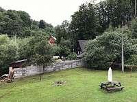 výhled z okna na zahradu