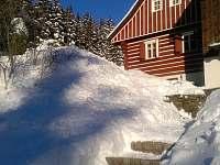 zimní pohled za zahrady - chalupa k pronájmu Jablonec nad Jizerou - Blansko