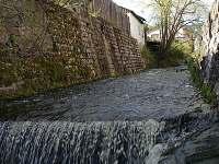 Potok u chalupy - k pronajmutí Černý Důl